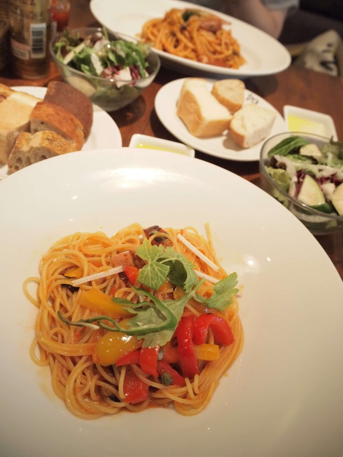 Bar&Bistro 64 − 神戸・旧居留地でランチ。パン食べ放題&サラダ食べ放題&ドリンクバー!名物はナポリタン