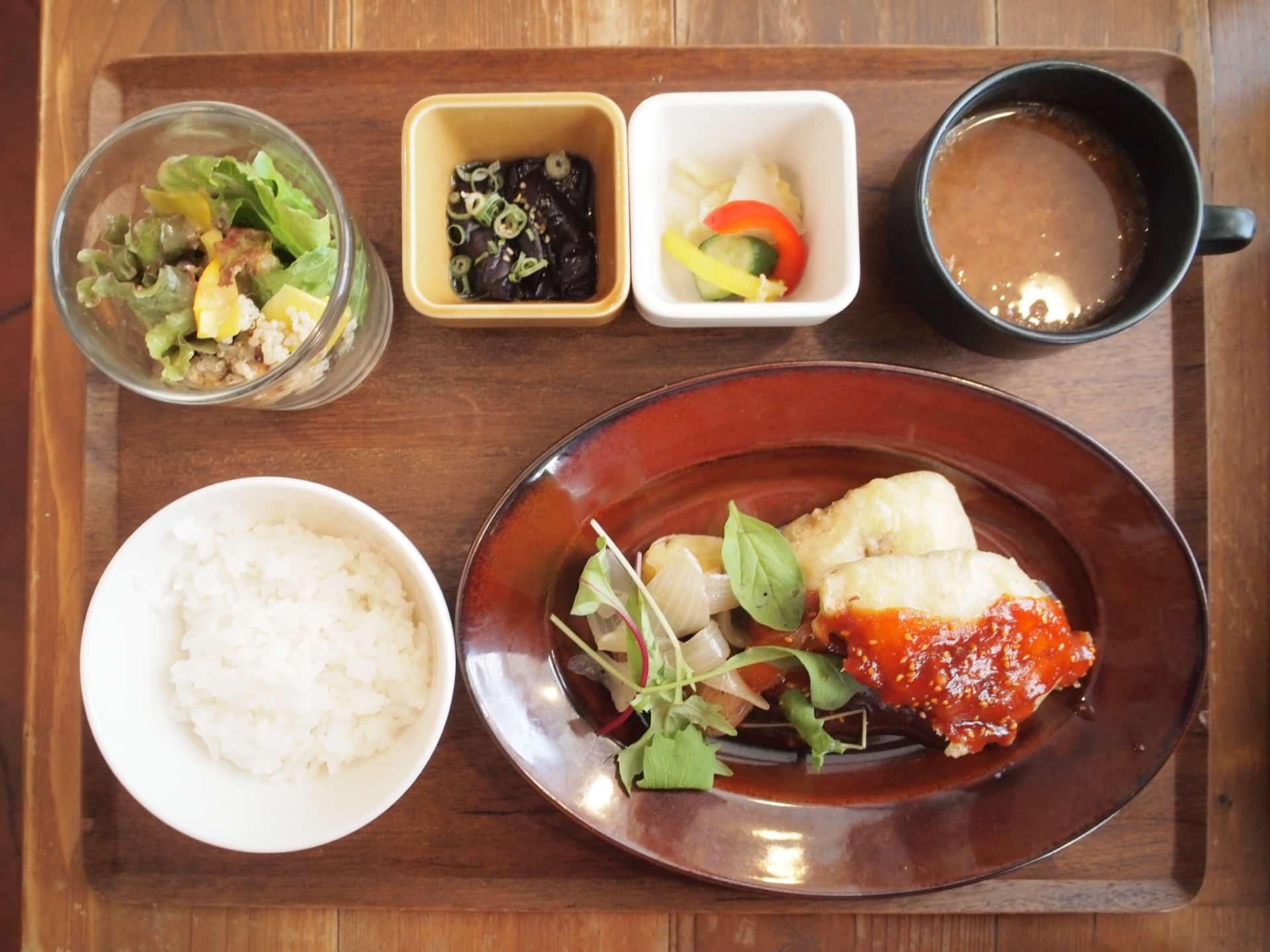 YURT(ユルト)神戸店 − 三宮でバランスよくプレートランチ。自家製ドリンク飲み放題付き!