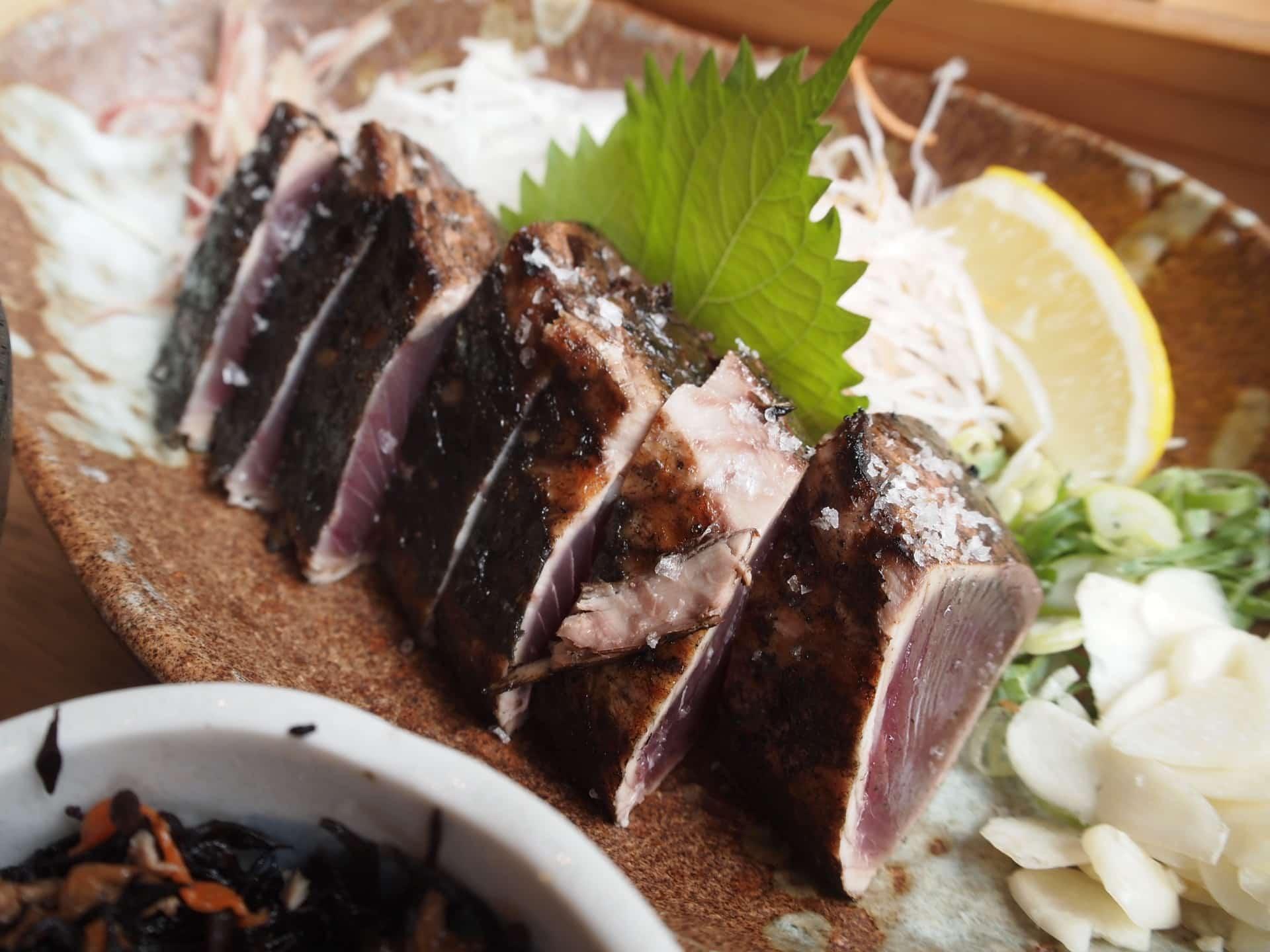 土佐清水ワールド 三宮磯上通店 − 神戸で新鮮&肉厚なカツオのヘルシーランチ