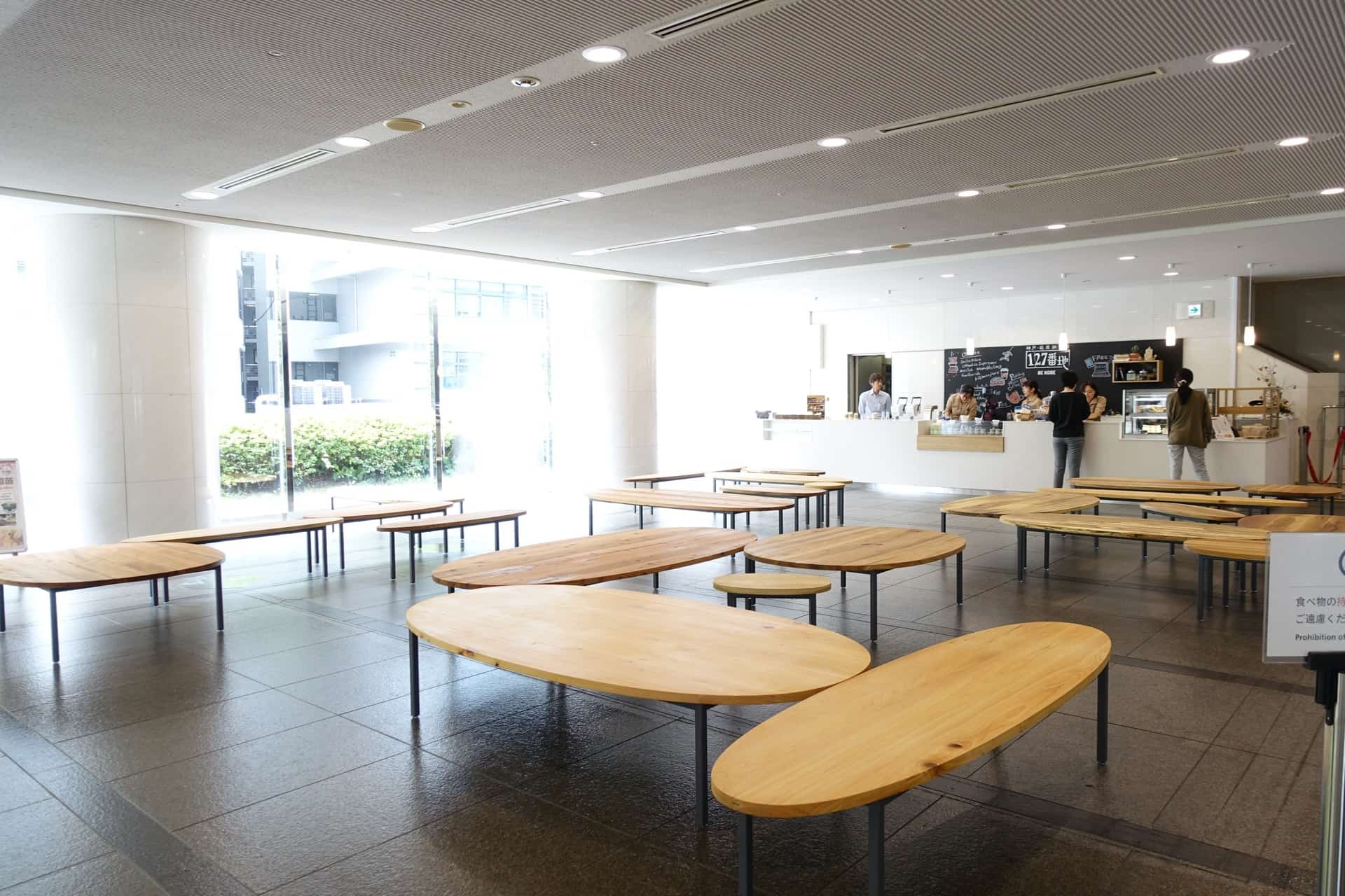 まるでカフェ!ここはまさかの神戸市役所のロビー。コーヒースタンドもあるよ