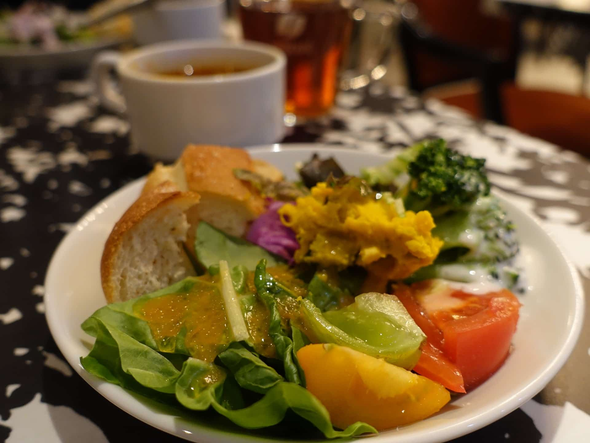 収穫祭 三宮店 − 1000円台でハーフバイキングランチ!サラダもパンも食べ放題
