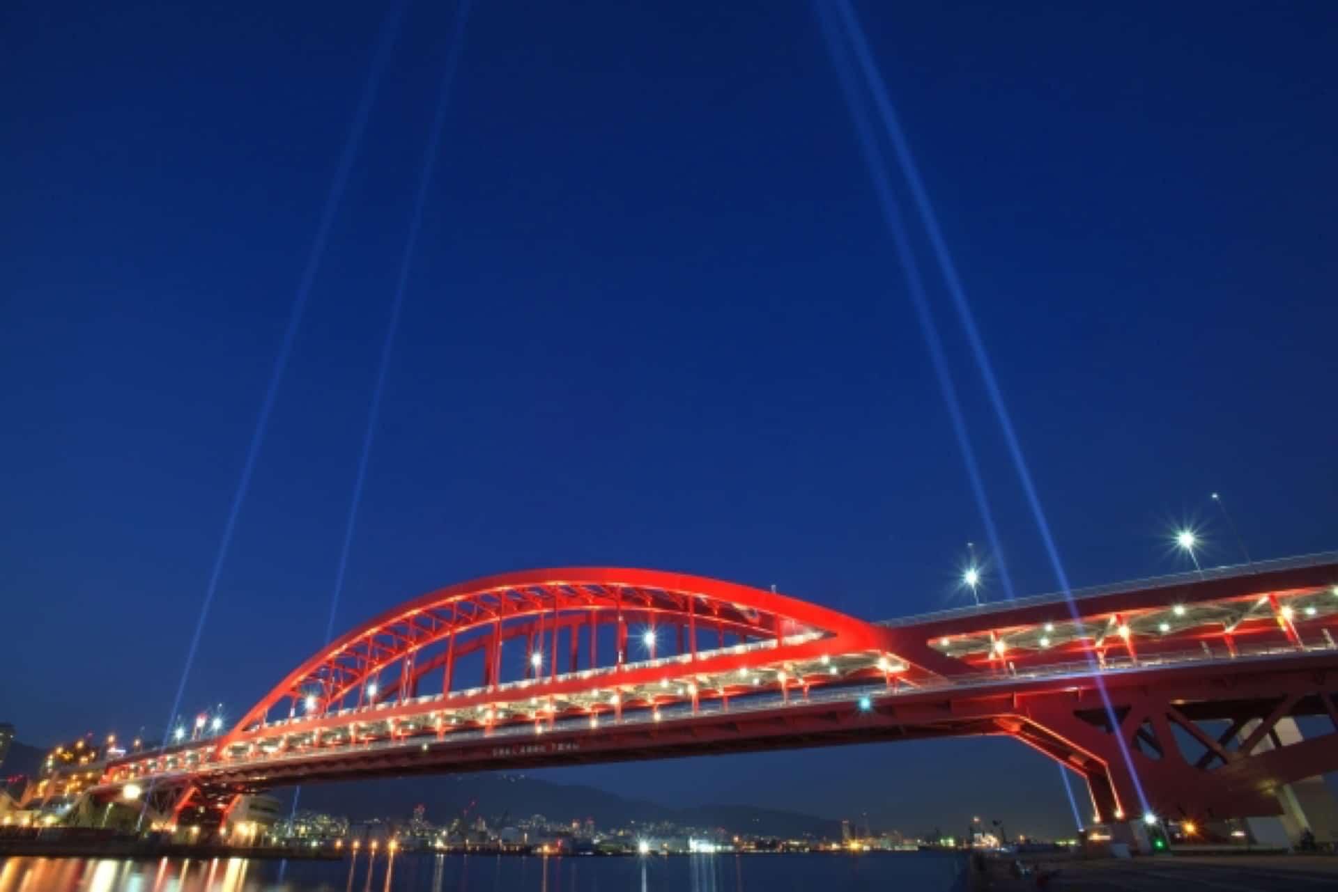 クルーズ船の入港日がチャンス。2018年、神戸大橋の上空照射ライトアップを見に行こう!