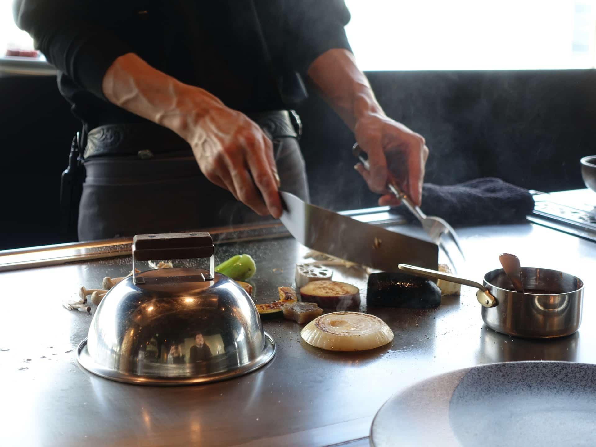 ステーキハウスZEN 三宮店 − お手頃価格の鉄板焼きランチ。味もパフォーマンスもたっぷり!