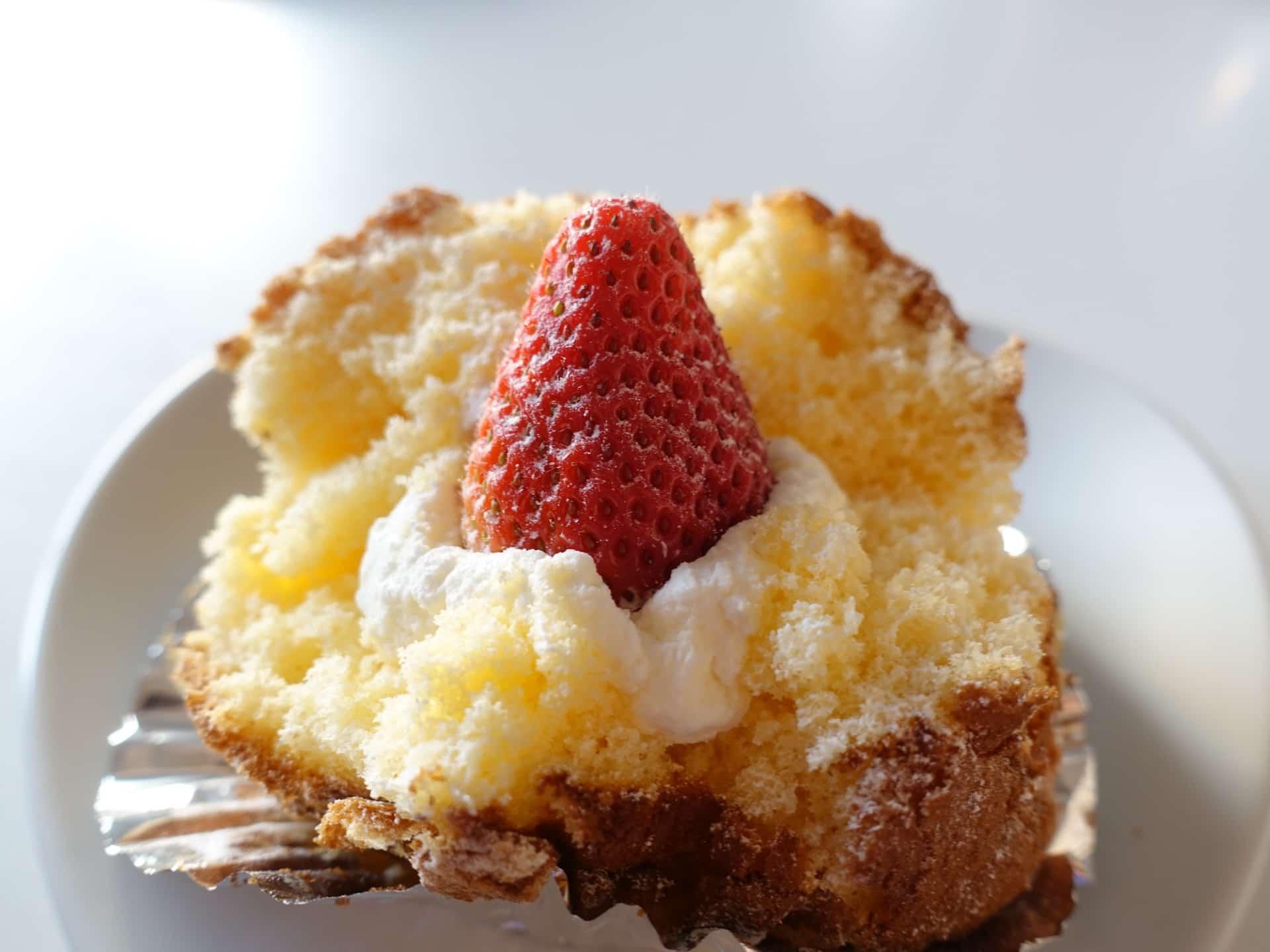 ママのえらんだ元町ケーキ − 大人気のざくろは神戸限定スイーツ!ラムケーキも大人の味わいでおすすめ。大丸神戸店でも買えるよ