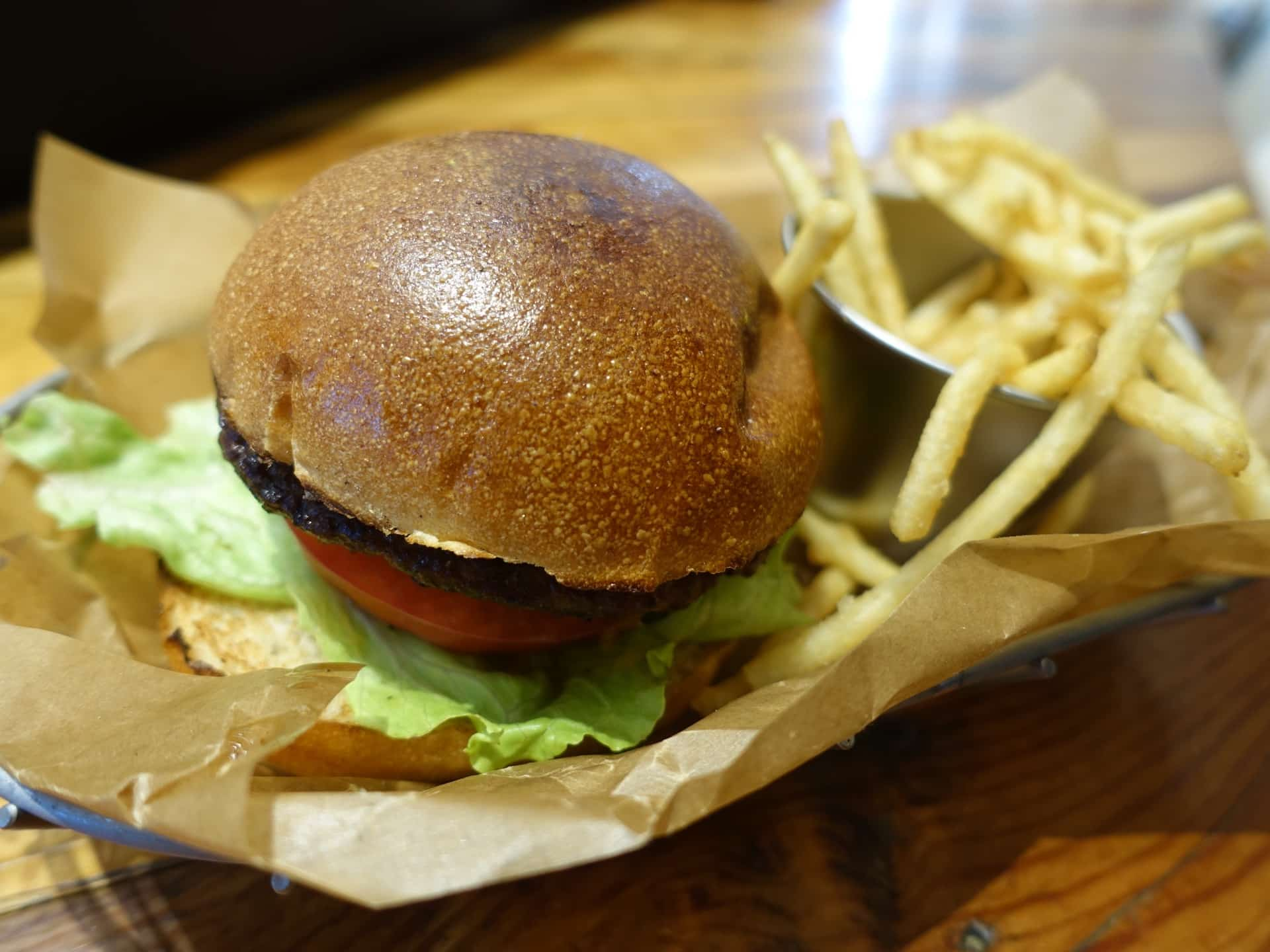 J.S. BURGERS CAFE ミント神戸店 − 三宮の駅前で本格的なハンバーガー!ランチはサラダバーもあるよ