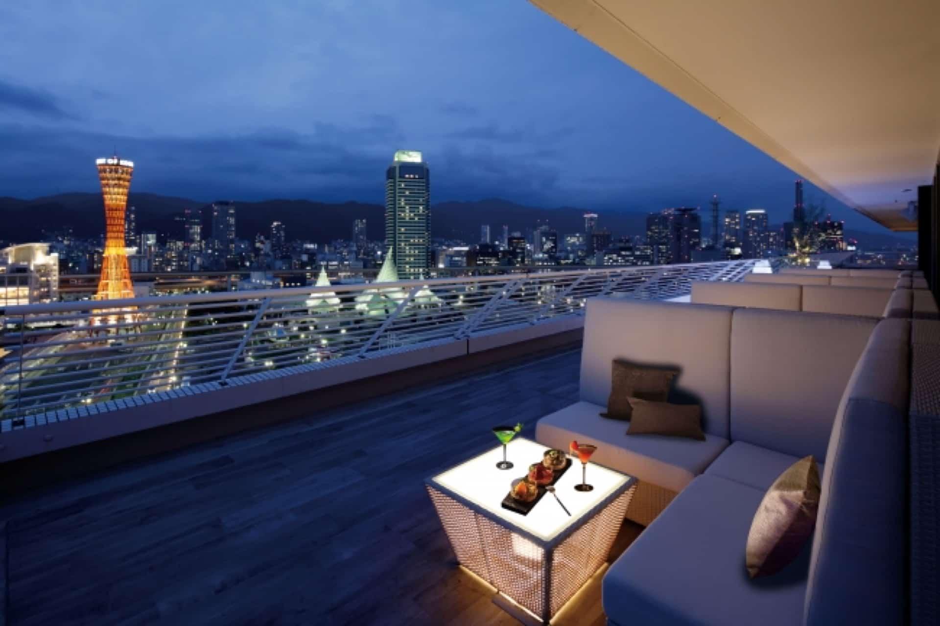 目の前に神戸の夜景が広がるテラス席…♡最上階のバーにある特等席はデートにぴったり