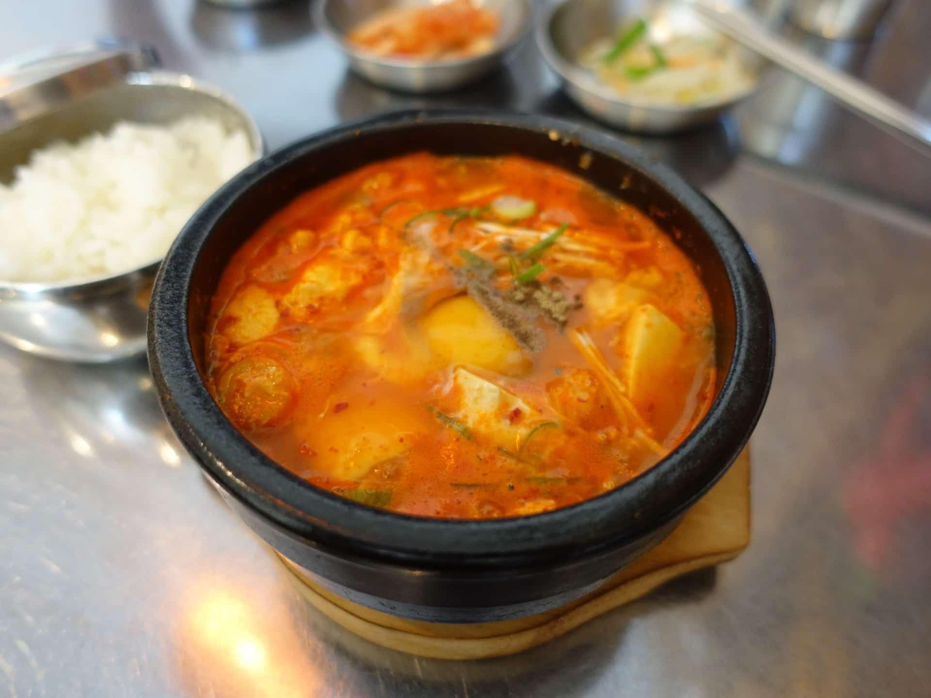 韓国料理オモニ − 神戸・三宮で本場の味!日替わりランチは700円台でおかず・ごはん食べ放題
