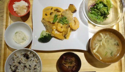 おぼんdeごはん 三宮オーパ2店 − メニューは定食スタイル。ごはん&味噌汁はおかわりOK
