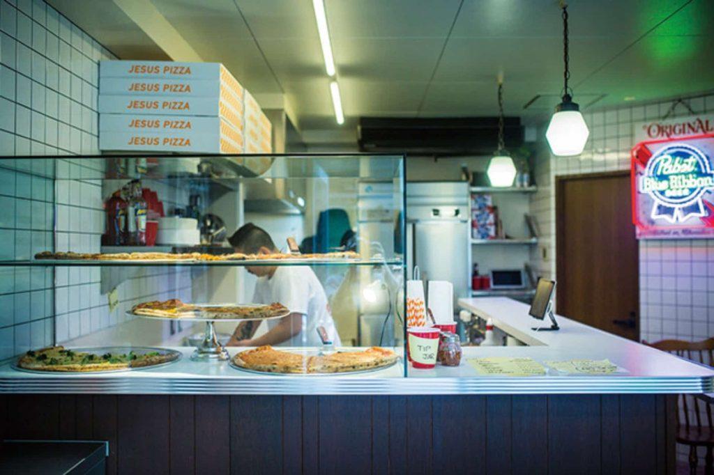 直径約50cmのBIGピザが100円に!「JESUS PIZZA」が1周年キャンペーンを開催